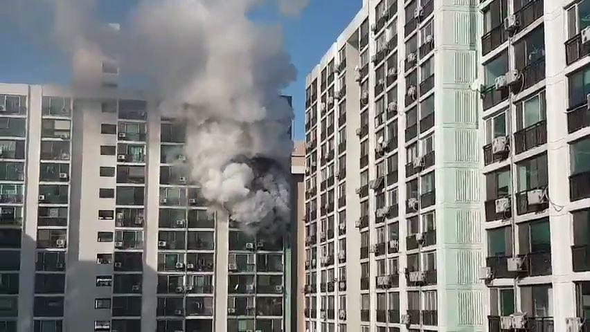 서울 강서구 아파트 불…주민 60여 명 대피