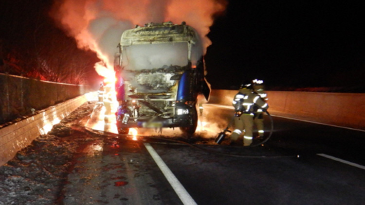 고속도로서 LPG 운송트럭 받은 트럭에 화재…다행히 폭발 사고 없어