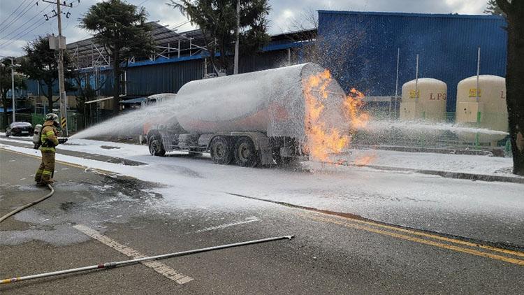 LPG 충전하던 탱크로리 화재…폭발 없었지만 운전자 화상