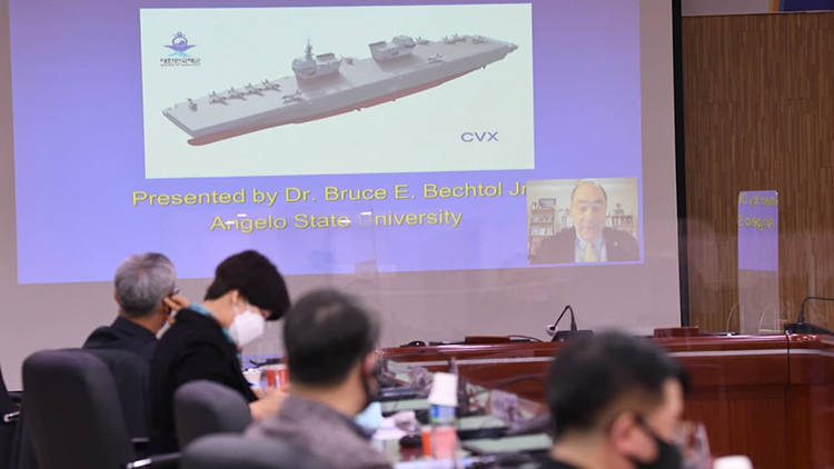 해군 경항모 세미나 '해군작전능력 크게 향상' vs '떠다니는 거대한 표적될 것' 팽팽