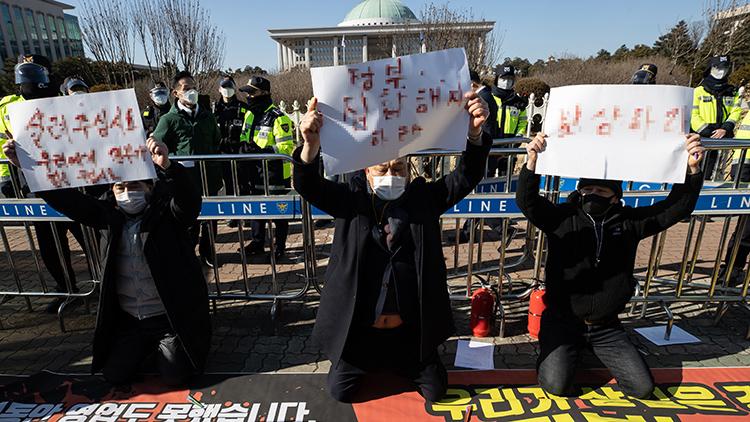 '살려달라' 혈서까지…유흥업주도 영업제한 불복 기자회견