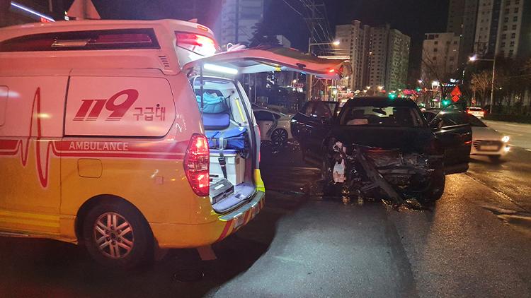 신호 위반 음주운전 차량, 일가족 탄 승용차 충돌 '4명 부상'