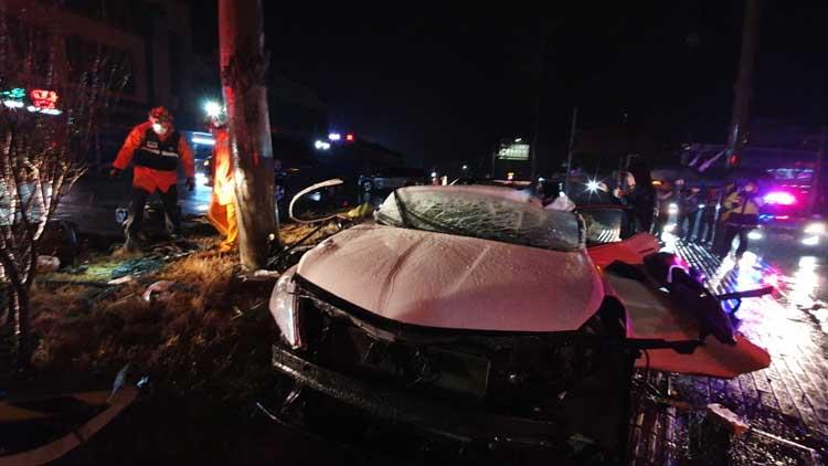 회전교차로 돌던 승용차가 전신주 충돌…운전자 등 2명 사망