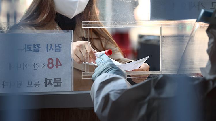 신규 확진 이틀 연속 300명대…수도권 78% 집중 '여전'