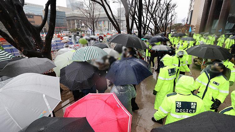 일부 보수단체 집회 강행…광화문 곳곳에 경찰 배치