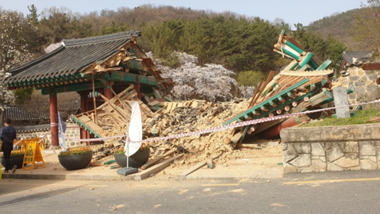 대전 우암사적공원 정문에 차량 돌진 사고…4명 다치고 정문 붕괴