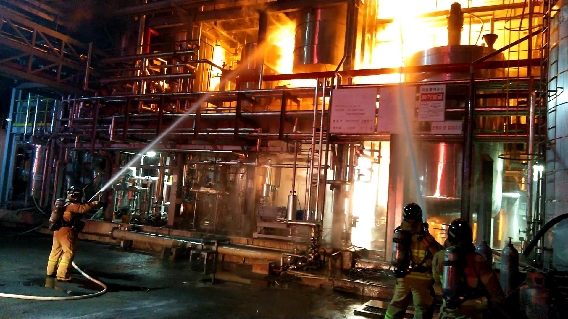 정읍 신재생에너지 공장서 폭발로 화재…직원 15명 대피