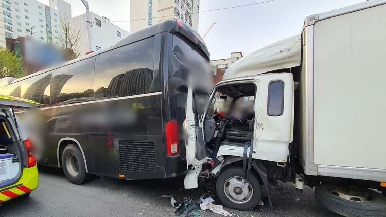 2.5t 트럭이 통근버스 추돌…트럭 운전자 중상
