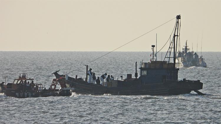 중국어선 연평도 해역 불법조업 나포…실종된 선원 해경 수색