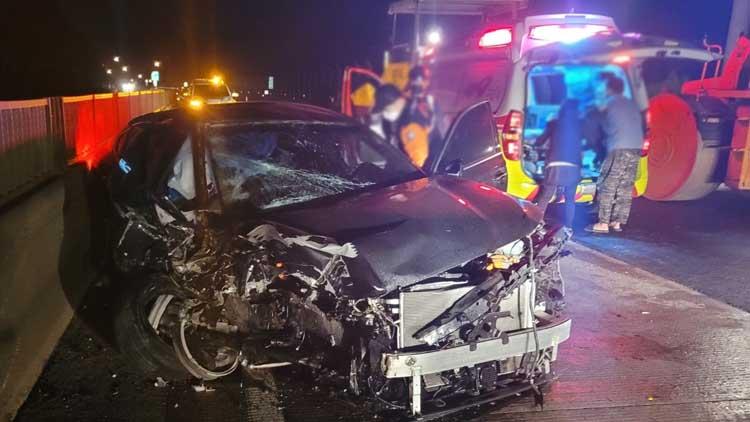 천안-논산고속도로서 승용차가 공사장비 추돌…4명 사상