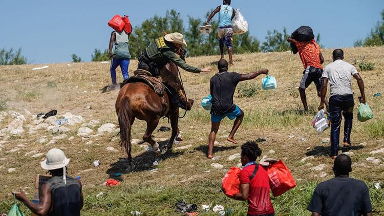 가축 몰이하듯…말 타고 아이티 난민 내쫓은 美 국경순찰대