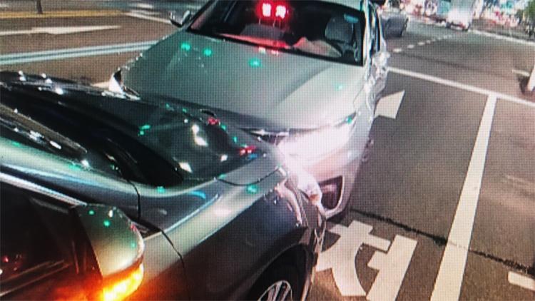 '신호 위반' 택시가 버스·승용차와 충돌…16명 부상